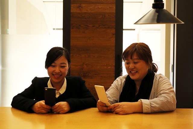 LG전자 MC사업본부 UX실 상품기획그룹 이지영 과장(左)과 문윤정 선임연구원(右)