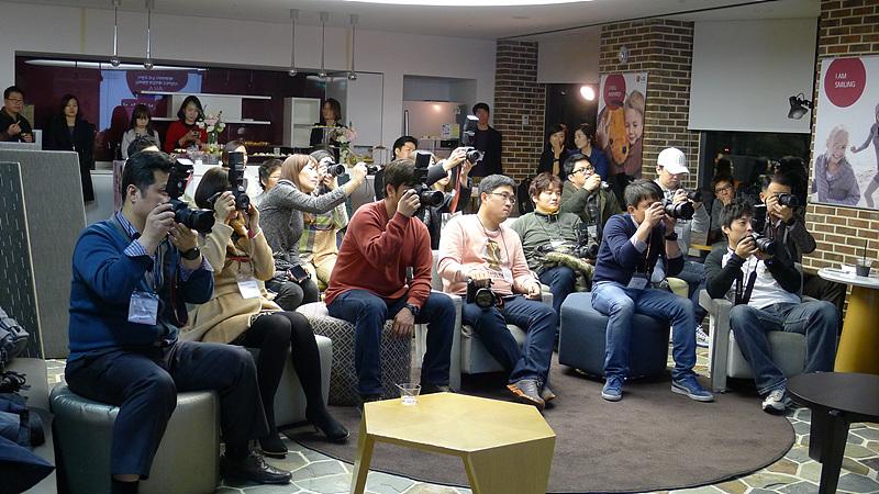 블로거들이 LG 아카 제품을 소개하는 자리에서 사진을 촬영하고 있다.