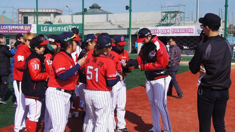 오지환 선수가 LG여자야구대회에 참여한 선수들에게 싸인을 해주고 있다.