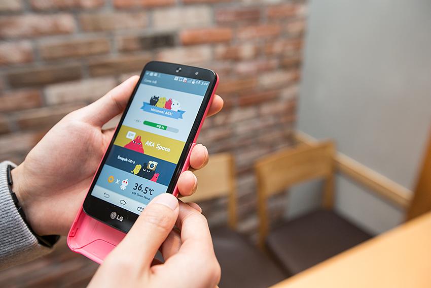 아카폰 홈화면 모습. 커버 색상을 교체할 수 있다.