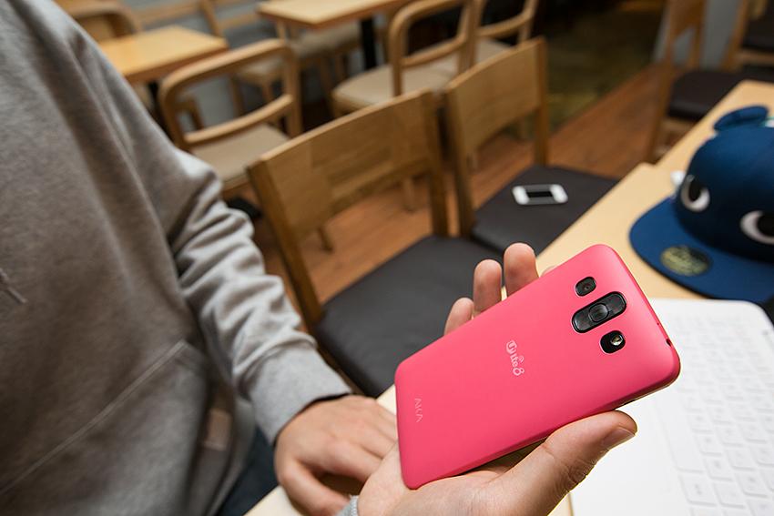 핑크색 아카폰을 들고 뒷면 모습을 촬영한 사진