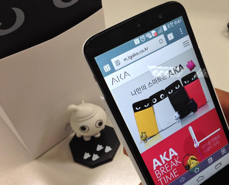 스마트폰으로 '아카 스페이스'에 접속하고 있다. 배경에는 아카 아트토이가 보인다.