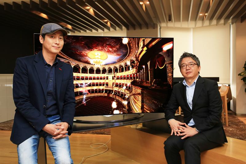 HE 디자인 연구소김유석 수석 디자이너(좌), 올레드 제품 지원 TASK 이희영 부장(우)이 LG전자 울트라 올레드 TV를 사이에 두고 앉아있다.