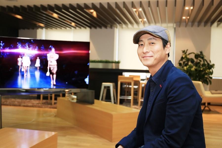 김유석 수석 뒤로 LG 울트라 올레드 TV가 보인다.