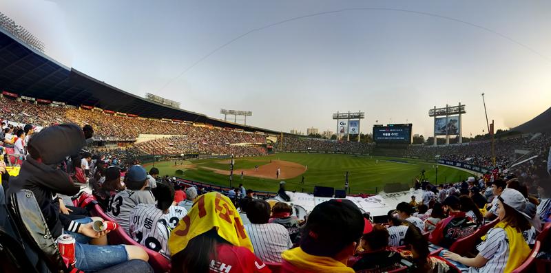 G프로2 VR 파노라마로 찍은 야구장 풍경. 넓은 야구장과 많은 관중이 보인다.