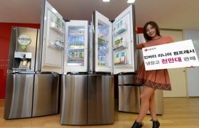 여성 모델이 LG 고유의 핵심기술인 '인버터 리니어 컴프레서' 를 탑재한 냉장고 제품을 소개하고 있습니다.