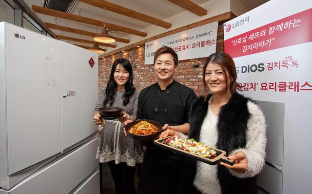 신효섭 셰프(중앙 남성)가 자신이 개발한 '김치톡톡 돼파퐁듀' 요리를 선보이며 참가자들과 포즈를 취하고 있습니다.