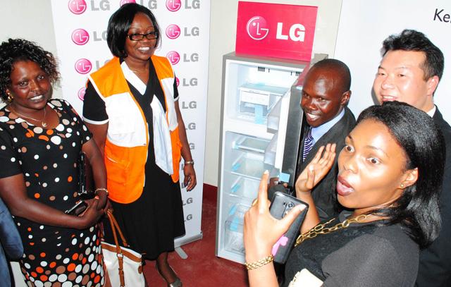 태양광 냉장고를 기부한 후 캐서린 오멘다(Catherine Omenda, 왼쪽에서 두번째 여성) '월드비전 케냐' 디렉터 등과 기념촬영을 하고 있습니다.