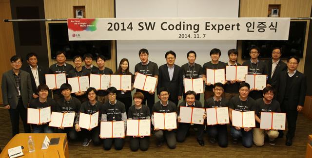 LG전자 CTO 안승권 사장(둘째줄 가운데)과 20명의 신임 '코딩 전문가'들이 기념 촬영을 하고 있습니다.