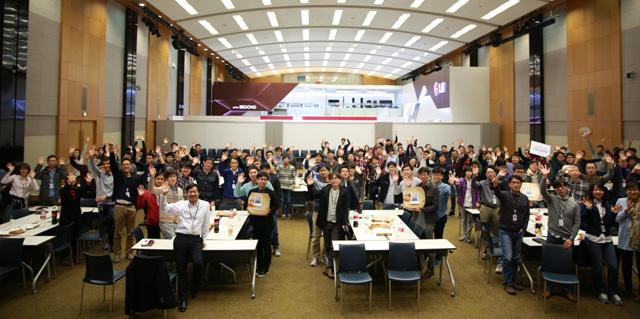 이달 'CEO피자'를 받고 즐거워하는 CTO산하의 모바일 AP 개발실 연구원들 모습 입니다.
