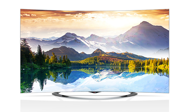 울트라 곡면 올레드 TV 화면에 산과 호수의 아름다운 풍경이 보인다.