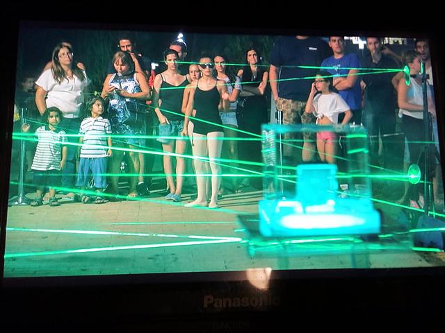 레이저 미로 통과에 도전하기 위해 기다리고 있는 사람들이 보인다.