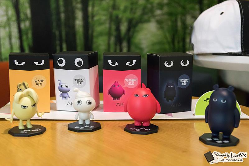 LG 아카 스마트폰의 아트토이가 '에기(Eggy, 옐로)', '우키(Wooky, 화이트)', '요요(YoYo, 핑크)', '소울(Soul, 네이비)' 순으로 전시되어 있다.