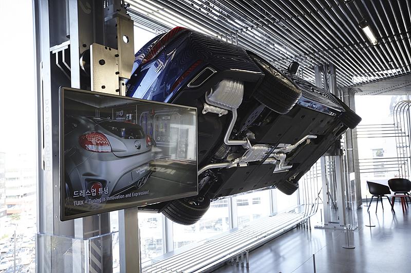 현대모터스튜디오에 설치된 디지털 사이니지. 전시된 차량에 대한 설명을 디지털 사이니지를 통해 확인할 수 있다.
