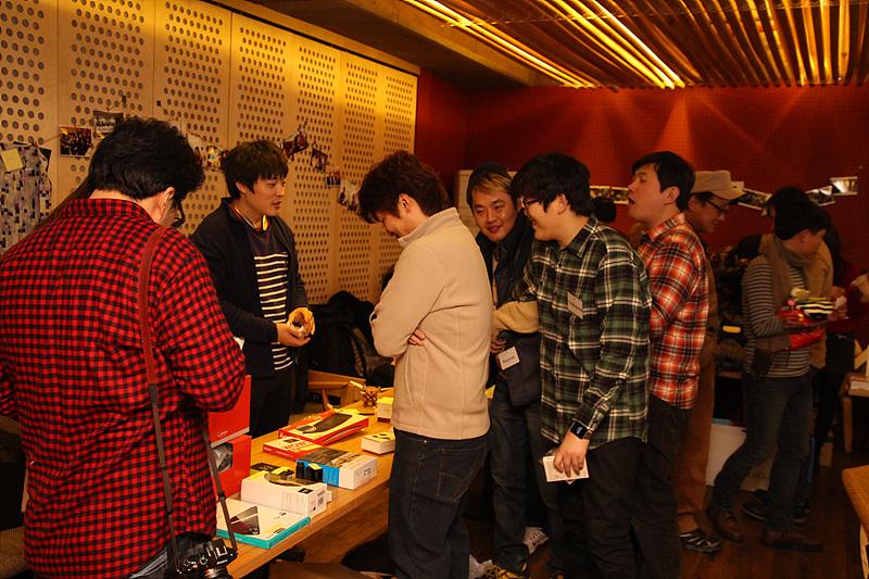 소셜 나눔 마켓에 참여한 사람들이 판매 물품을 둘러보고 있다.