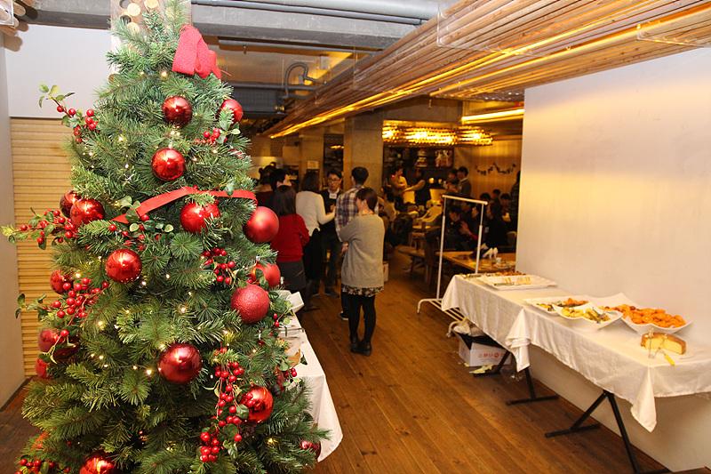 <2014 나눔데이 - 소셜 나눔 마켓> 현장. 크리스마스 트리와 핑거푸드가 보인다.