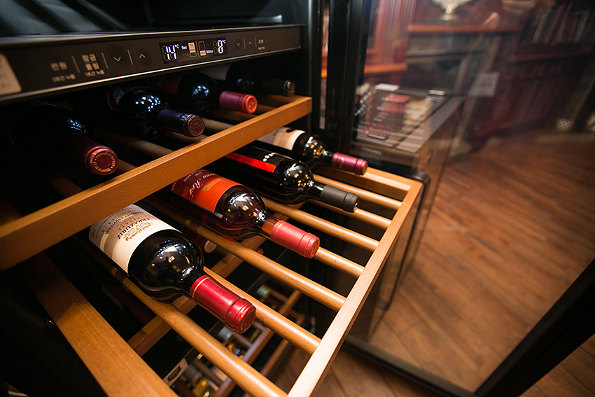 와인셀러 안에 보관된 와인의 모습