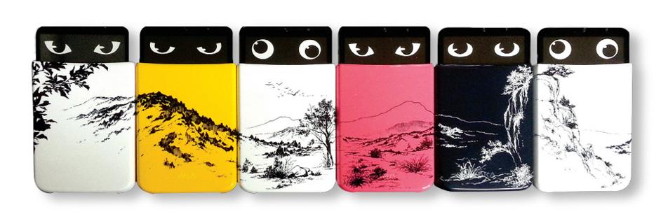 LG 아카를 예술작품으로 표현한 모습. 나란히 놓여있는 6개의 아카 스마트폰 커버에 산수화가 그려져 있다.