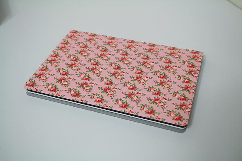 핑크색 꽃무늬 케이스를 씌운 탭북