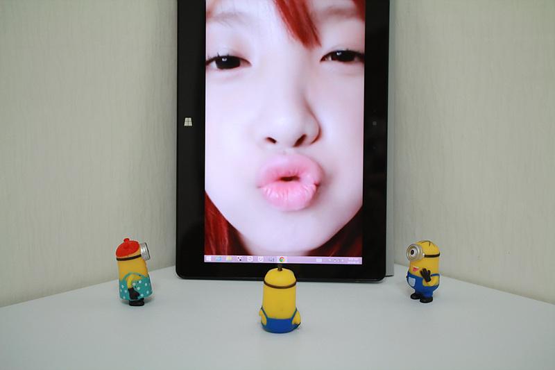 탭북을 터치해 화면을 확대할 수 있다. 탭북에는 입술을 내밀고 있는 지숙의 사진이 보인다.