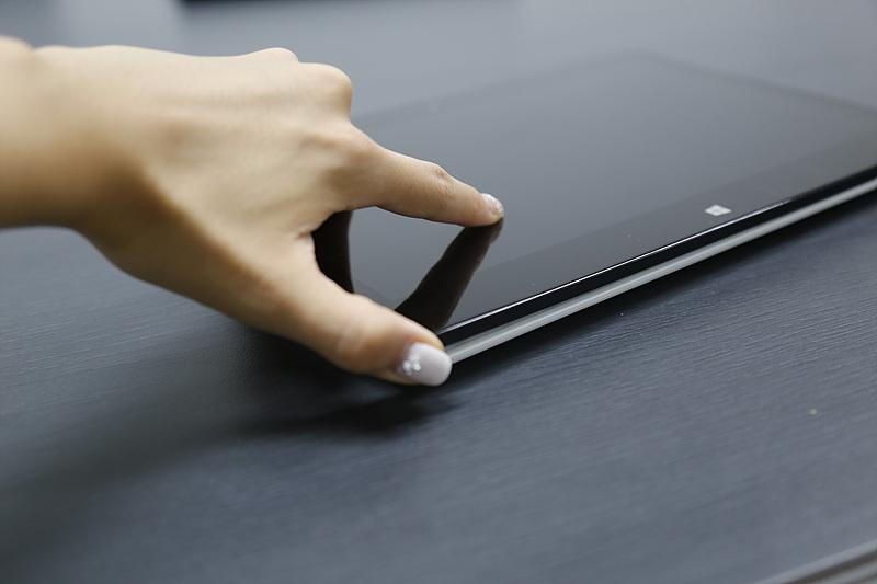 LG전자 탭북을 손으로 터치하고 있는 모습