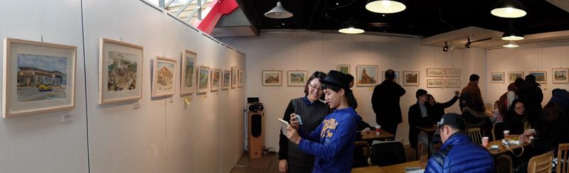작품을 관람하는 관람객들의 모습