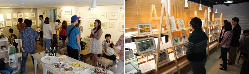 사람들이 갤러리에서 전시된 작품을 관람하고 있다.