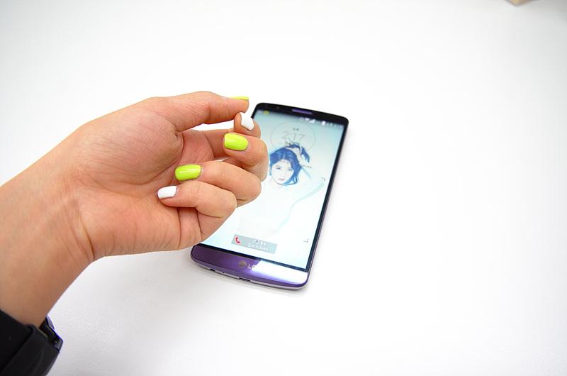 LG G3 노크 기능을 사용하는 모습