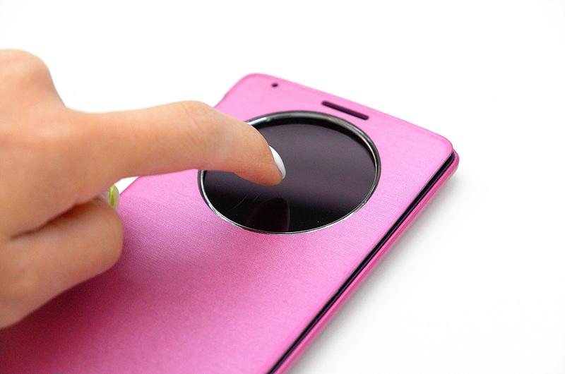 LG G3에 퀵서클 케이스를 부착하고 노크 기능을 활용하는 모습