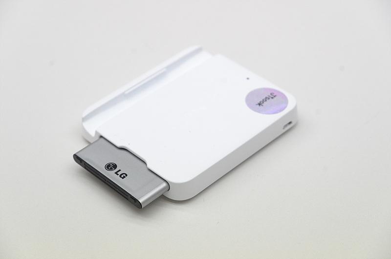 LG G3 배터리 충전기에 배터리를 끼운 모습
