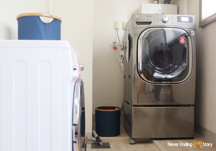베란다에 놓인 트롬 드럼세탁기