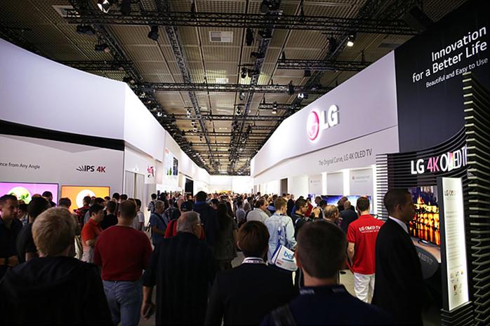 해외 IT/가전 전시회에서 LG전자 제품을 관람하고 있는 관람객들