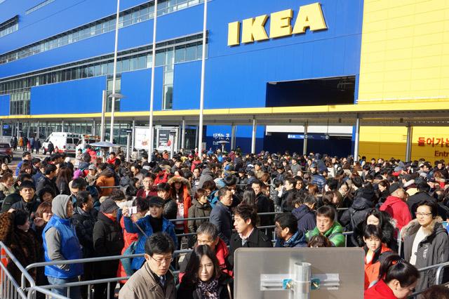 광명 이케아(IKEA)의 오픈날 전경. 수 많은 사람들이 보인다.