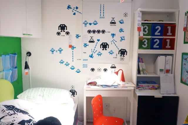 이케아(IKEA)의 쇼룸. 침대와 테이블, 수납장으로 꾸며진 디자인이 돋보인다.