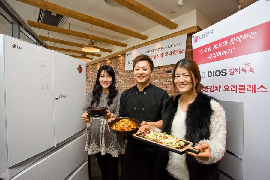 더 블로거가 신효섭 셰프와 함께 만든 요리를 들고 포즈를 취하고 있다.