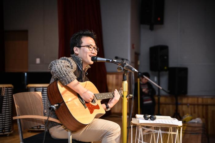조대득 주임이 기타를 치면서 노래를 부르고 있다.