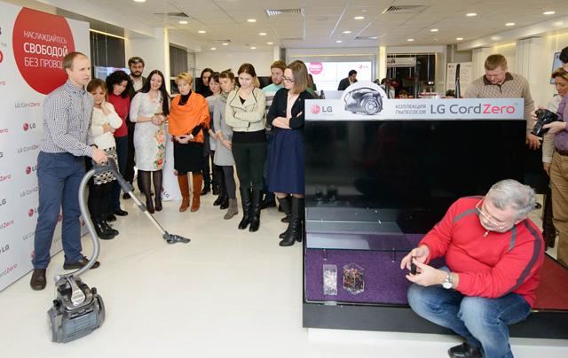 청소기 출시 행사에 참석한 기자들이 '코드제로' 청소기 제품을 직접 체험해 보고 있습니다.