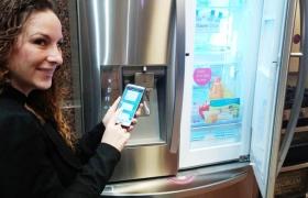 LG전자 직원이 26일 미국 뉴저지에 위치한 LG전자 미국 법인에서 스마트폰을 이용해 홈챗으로 냉장고와 대화를 나누고 있는 모습 입니다.