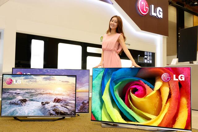 사진 왼쪽에서부터 각각 55인치, 65인치, 65인치 2015년 형 LG 울트라HD TV 입니다.