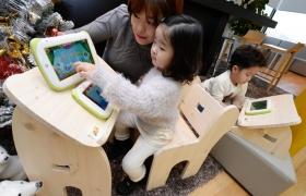 엄마와 아이들이 키즈패드2를 사용하며, 학습놀이를 하고 있는 모습 입니다.