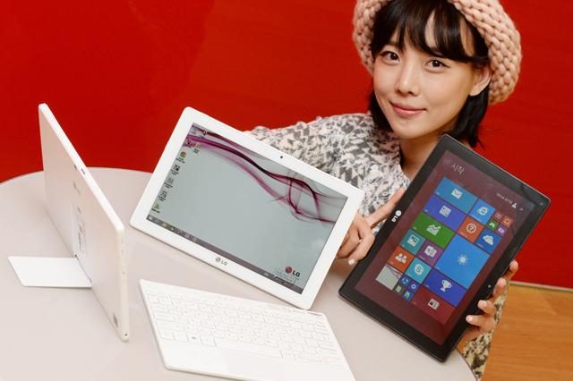 모델이 블루투스 무선키보드를 적용한 '탭북 듀오'와 함께 포즈를 취하고 있습니다.