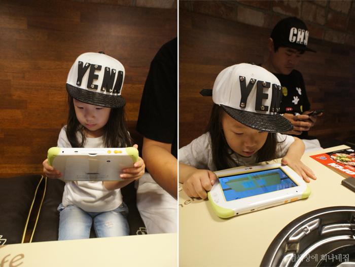 블로거 '비주'의 딸 '예나'가 키즈패드를 사용하고 있는 모습