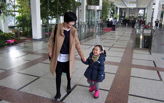 회사에서 딸아이와 함께 LG사랑 어린이집으로 이동하는 모습