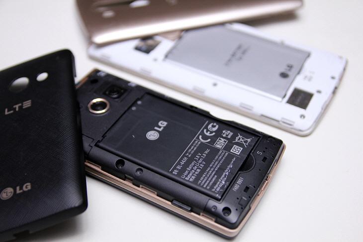 검은색과 흰색의 LG전자 휴대폰. 배터리 케이스를 분리한 모습.