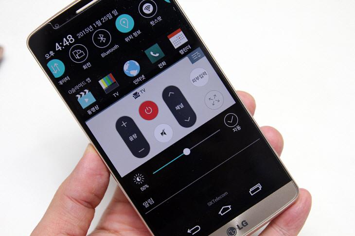 스마트폰 화면의 밝기를 조정하는 모습