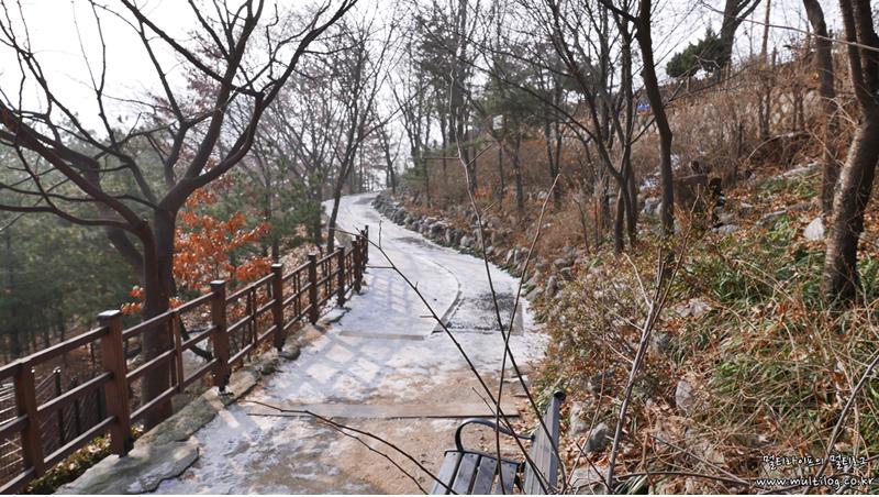 숭인근린공원으로 향하는 가파른 오르막길. 미처 녹지못한 눈이 쌓여있다.