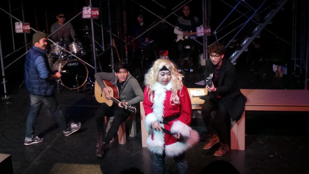 콜린스와 함께 등장한 엔젤. 금색의 가발을 쓰고 산타 복장을 하고 있다.