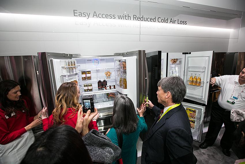 부스에 전시된 LG 더블 매직 스페이스 냉장고를 살펴보고 있는 사람들