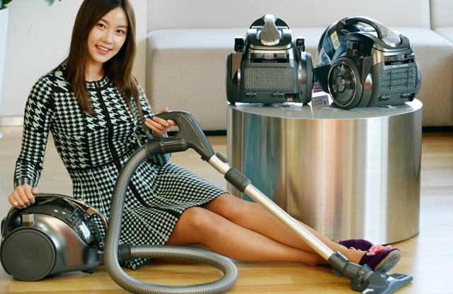 모델이 LG전자 무선 진공청소기 '무선싸이킹' 신제품을 소개하고 있습니다.