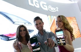美 라스베이거스에서 열리는 세계최대 가전전시회 'CES 2015'에서 모델이 'LG G 플렉스2(LG G Flex2)'를 소개하고 있습니다.